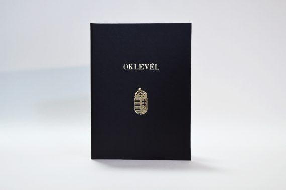 Oklevéltartó – Fekete papírlapú műbőr kötészeti anyaggal, oklevél felirattal + címerrel